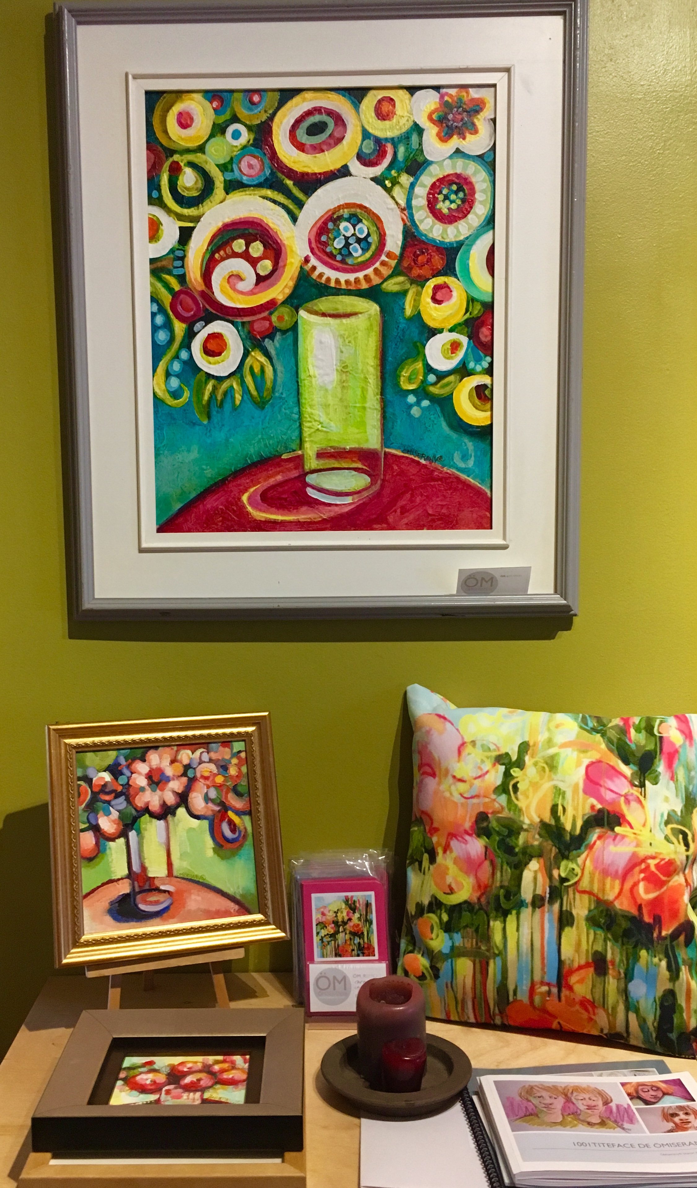 ÖM_GALLERY présentoirs de toile unique et de produits ÖMISERANY -3 de couleurs turquoise et rose