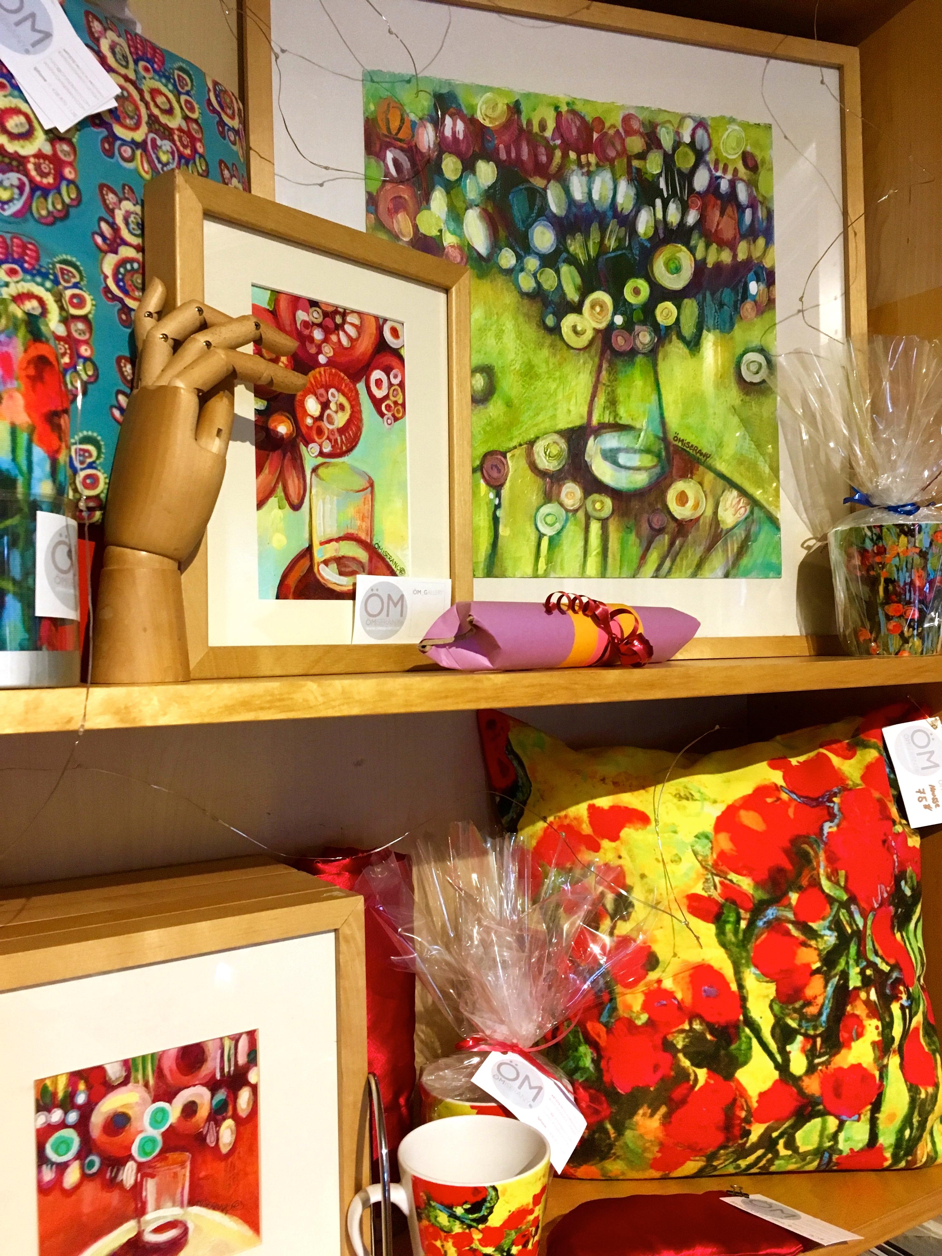 ÖM_GALLERY présentoirs de toile unique et de produits ÖMISERANY -2 de couleurs rouge et bleu